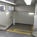 兵庫県宝塚市の阪急売布神社駅の白ポストを見下ろす。改札内地下通路の上り線寄りにある。駅の両側に改札があるので、ここに人通りがあるのは電車が多い時間帯ということになる。(2014年)
