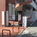 兵庫県西宮市の越木岩公民館前の白ポストと周囲。(2014年)