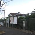 兵庫県三田市の神鉄横山駅前の白ポストと周囲。駅前広場内。(2014年)