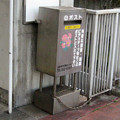 兵庫県三田市の神鉄フラワータウン駅前の白ポスト、向かって左。(2014年)