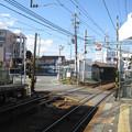 兵庫県三木市の神鉄三木駅前の白ポストを上り乗場から望む。路上の不思議な位置。(2014年)