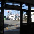 兵庫県三木市の神鉄三木駅前の白ポストを下り側駅舎内から望む。道路の向こう。(2014年)