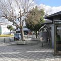 兵庫県三木市の神鉄緑が丘駅前の白ポストを駅側の出入口付近から望む。(2014年)