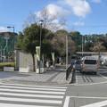 兵庫県三木市の神鉄緑が丘駅前の白ポストと周囲を駅に向かって見る。右の建物が駅、左は便所。(2014年)