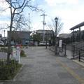兵庫県三木市の神鉄恵比須駅前の白ポスト向かって左側面と周囲。(2014年)
