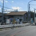 兵庫県三木市の神鉄広野ゴルフ場前駅。白ポストがさりげなく駅前にある。(2014年)