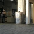 兵庫県西宮市の東海道本線甲子園口駅の白ポストと周囲。(2014年)