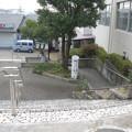 兵庫県宝塚市のコープ中山台店前の白ポストを同店側から見下ろす。(2015年)