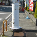 兵庫県宝塚市のグルメシティ小林店前の白ポスト、裏側。(2015年)