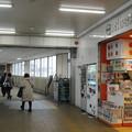 兵庫県加古川市の山陽本線宝殿駅改札外通路。改札を出て右を向くと右前方に白ポストがある。(2015年)
