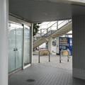 兵庫県姫路市の山陽網干駅前の白ポストを駅に向かいつつ遠目に見る。(2015年)
