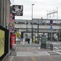 山陽本線姫路駅西方北側内々環状西線沿いの白ポストを交差点越しに見る。(2015年)