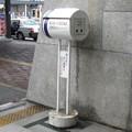 滋賀県彦根市の東海道本線彦根駅表口の白ポスト、向かって右。(2015年)