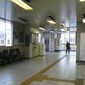 滋賀県野洲市の東海道本線野洲駅の南側の白ポストと周辺。橋上通路の端近く。(2015年)