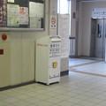 滋賀県野洲市の東海道本線野洲駅の南側の白ポスト、向かって左。(2015年)