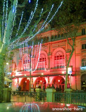 赤く照らされたリセウ劇場