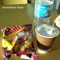 空港カフェでハム味ポテチとコーヒー