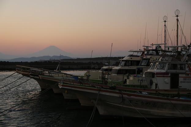 去りゆく太陽の後に現れた富士