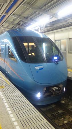 綾瀬駅で青いロマンスカーに...
