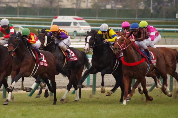 イスラボニータが馬群を割る!