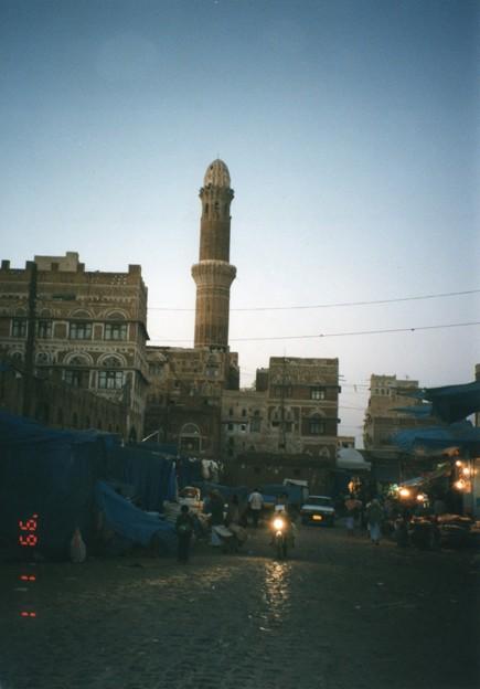 サナア旧市街の火点し頃、イエメン Sana'a at dusk,Yemen       *くたびれてよべ着きし身を驚かすアザーンの声に目覚めけるかも