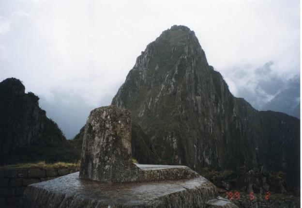 マチュピチュの日時計 Inti Watana stone at Machu Picchu 通り雨濡らして過ぎし日時計の向うの峰の霧晴れにけり