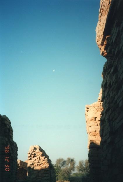 モヘンジョダロの弓張月 Half moon above Mohenjodaro