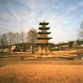 焼け焦げの跡残る百済塔 Five-story stone pagoda,Buyeo *一層の焼け焦げの跡分(わ)きて著(しる)く烈(はげ)しかりけん火の勢は