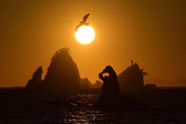 ゴジラ岩と夕日