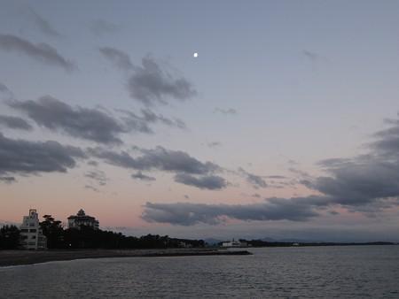 二見浦 12月朝6:53 西の中天に月