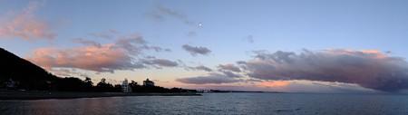 二見浦パノラマ06 12月朝7:01 茜色に染まり始めた月の空
