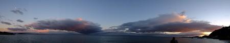 二見浦パノラマ07 12月朝7:00 左上に沈みゆく月、右下に上り来る太陽、そして夫婦岩
