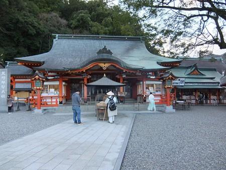 熊野那智大社08 拝殿とお遍路さん