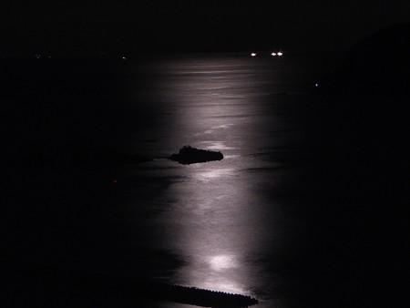 月の光に安らぐ島
