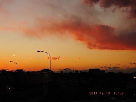 牙を剥く雲と富士 20141213-02