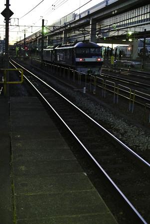 早朝の根岸駅より貨物線を臨む
