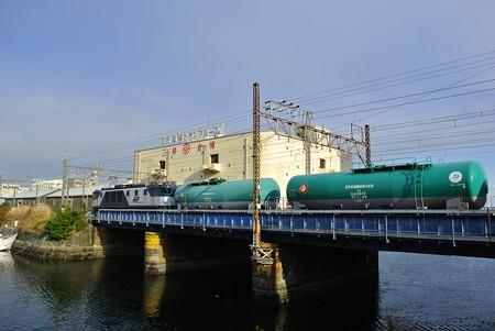 三井倉庫前運河を渡る 5692レ