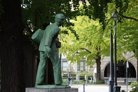 2014.11.10 日本大通り 新聞少年の像と銀杏
