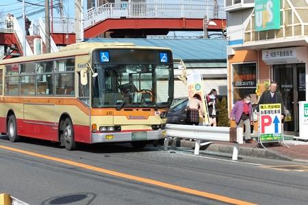 2015.02.16 和泉川 路線バス自損事故 脇見運転?
