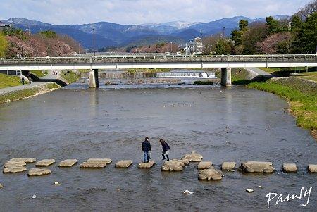 川を渡る人・・