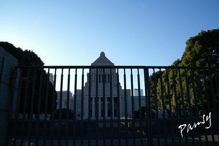 青空にそびえる国会議事堂・・