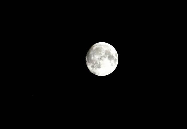 写真: 8時40分過ぎに撮れた中秋の名月