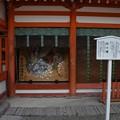 写真: 楼門には酉年の絵馬が