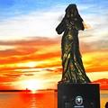 慰安婦像と夕陽