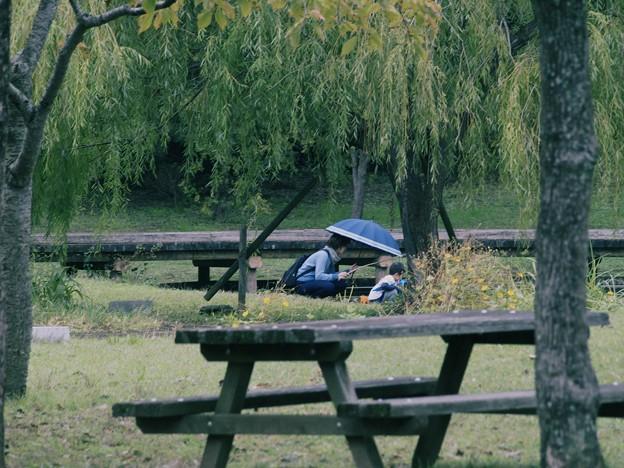 秋雨の中の親子