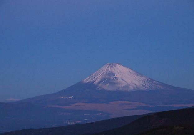 写真: 夜明け前の富士山