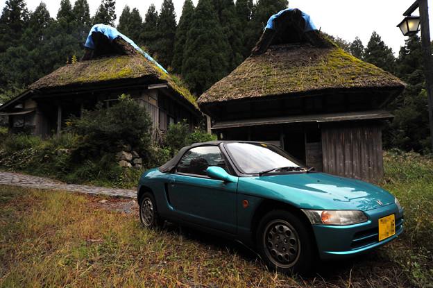 写真: 板取宿:茅葺屋根の民家とホンダビート