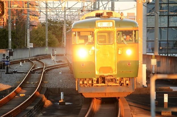 眩しい!両毛線115系664M夕陽の前橋駅進入!
