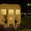 全面雪化粧のカニ24 2レ北斗星号函館到着後、接近するED79ヘッドライトに照らされて