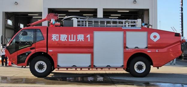 和歌山県 南紀白浜空港管理事務所 空港用化学消防車      (6100L級、側面左側)